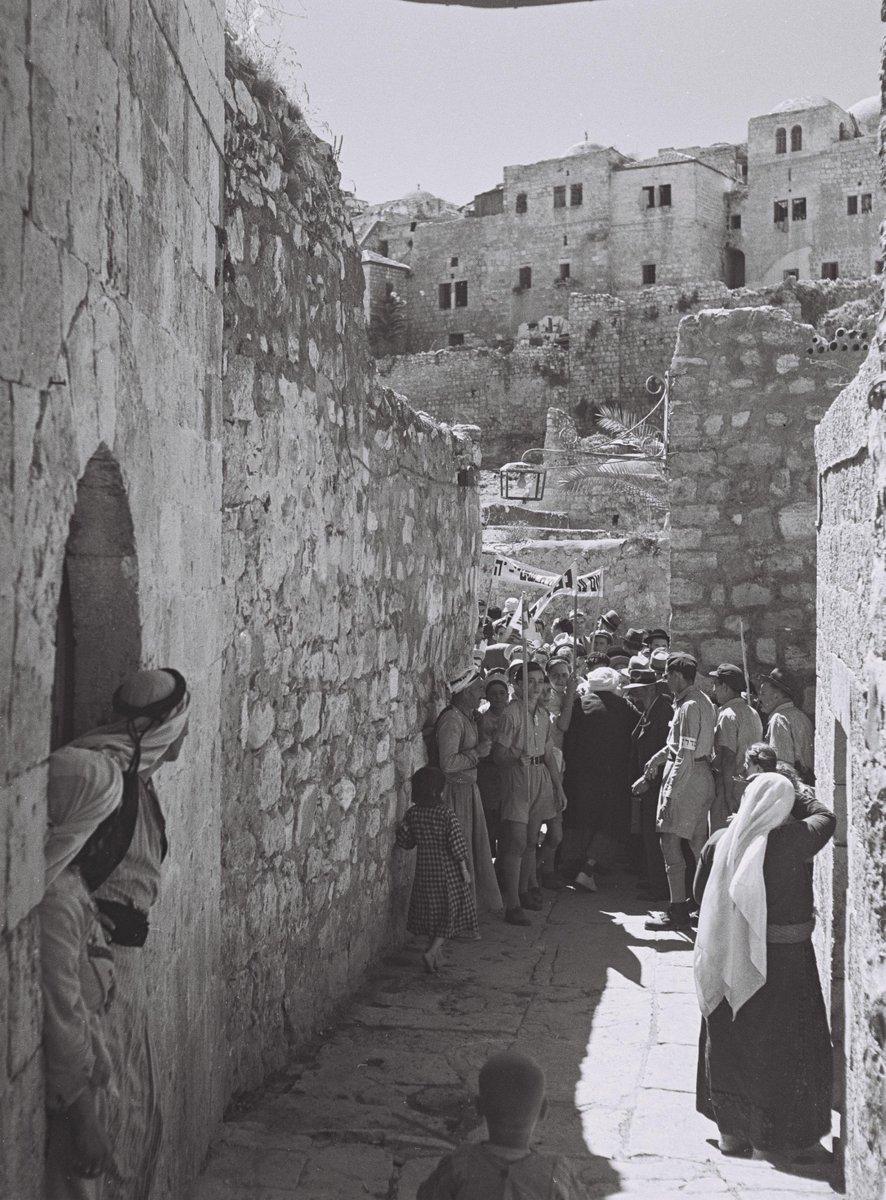 صورة تعود لعام 1945 لجمع من اليهود أثناء توجههم إلى حائط المبكى في أورشليم خلال عيد المظلة (سوكوت) اليهود…