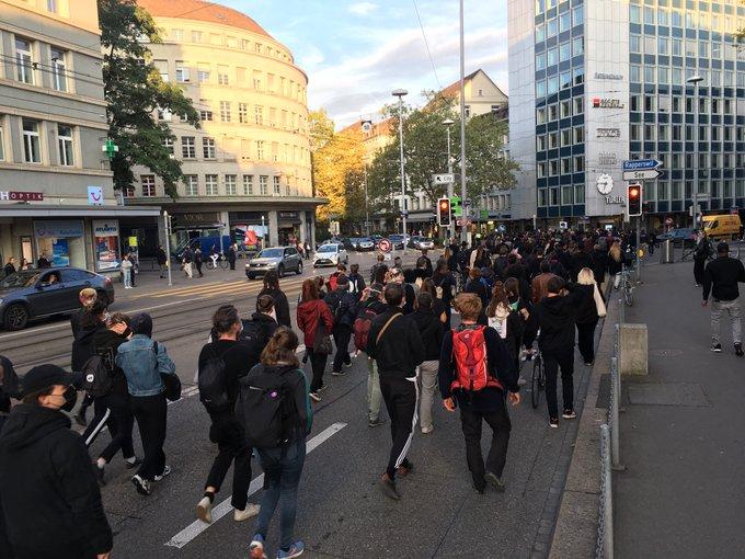 Einige hundert Menschen auf dem Trauermarsch in Zürich.