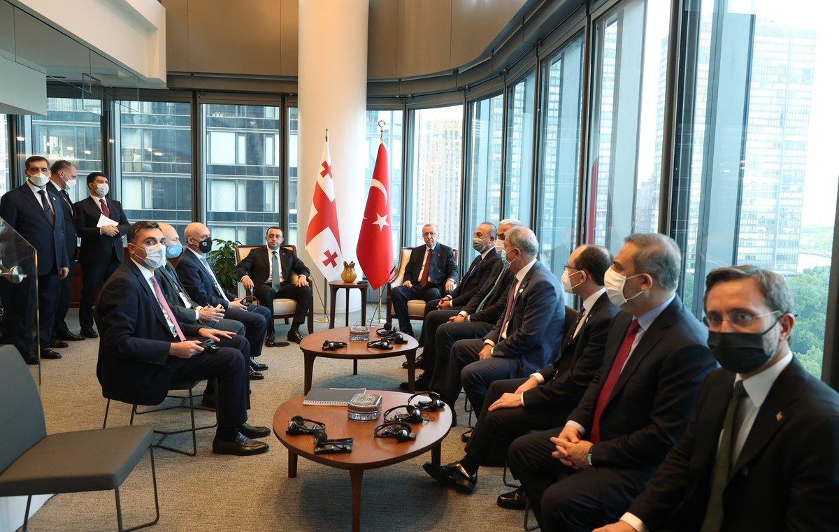 Cumhurbaşkanımız Recep Tayyip Erdoğan, Birleşmiş Milletler (BM) 76. Genel Kurulu'na katılmak üzere bulunduğu New York'ta, Gürcistan Başbakanı Irakli Garibaşvili'yi kabul etti.