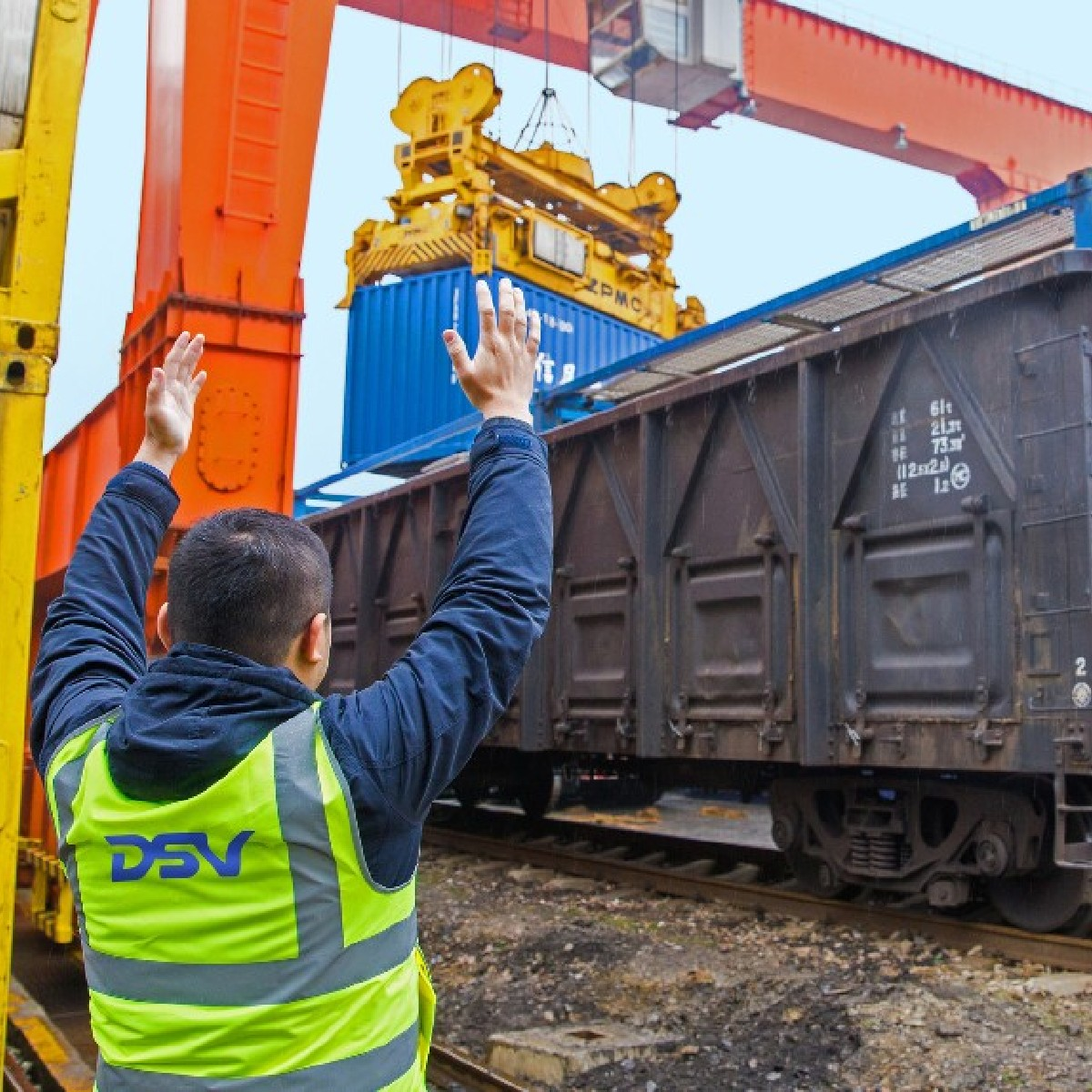 Rail freight offers you a reliable and more environmentally friendly transport alternative for your air- and seafreight shipments. Discover our options for you on https://t.co/NJ76LPO1Vi   #dsv #moveforward #transport #logistics #markets #economy #rail #customerrelations #china https://t.co/YGiot9lj1p