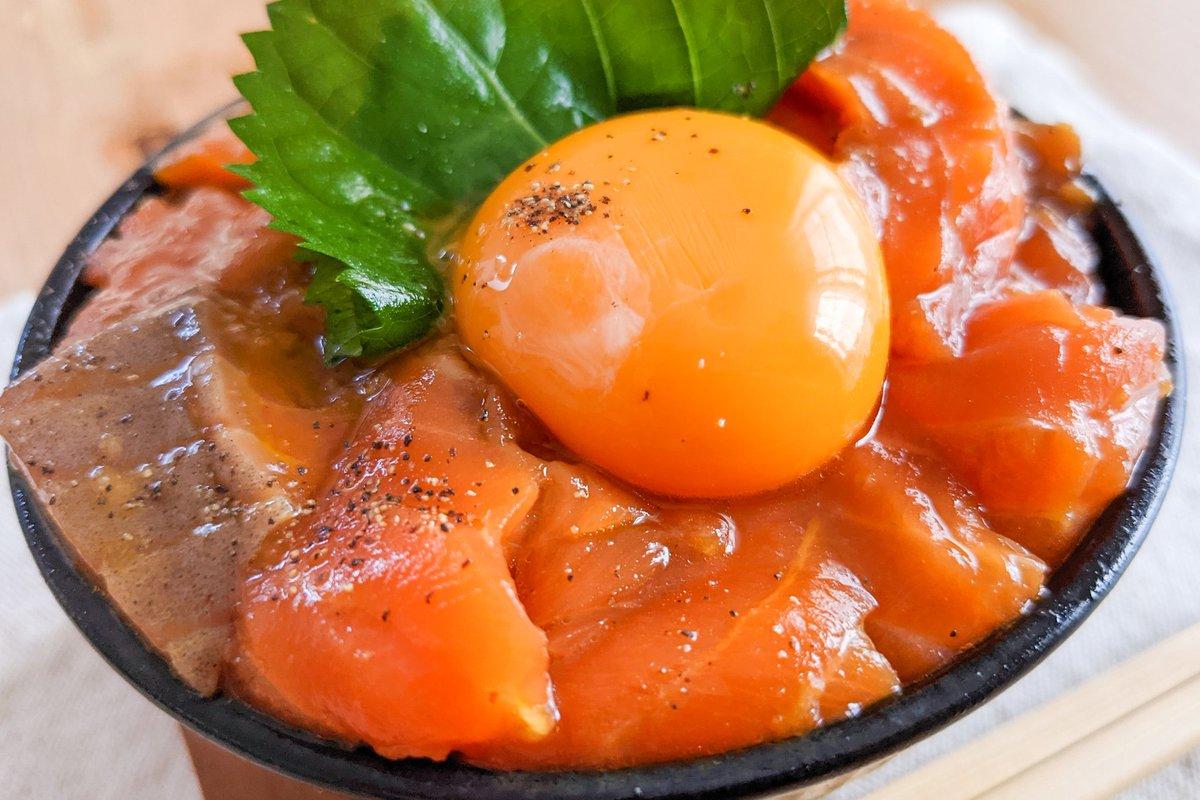 特製ダレに漬けたサーモンがご飯ととってもよく合いそう!サーモンを使った丼ものレシピ!