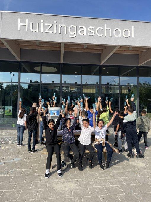 Hoera! Vandaag is het Nationale Kraanwaterdag💧10.000 kinderen in ons gebied krijgen vandaag les over de gezonde en sportieve dorstlesser die kraanwater is🏋️  De #Huizingaschool uit Amsterdam Nieuw-West heeft een binnentappunt en Waternet-bidons gewonnen! Gefeliciteerd!🥳