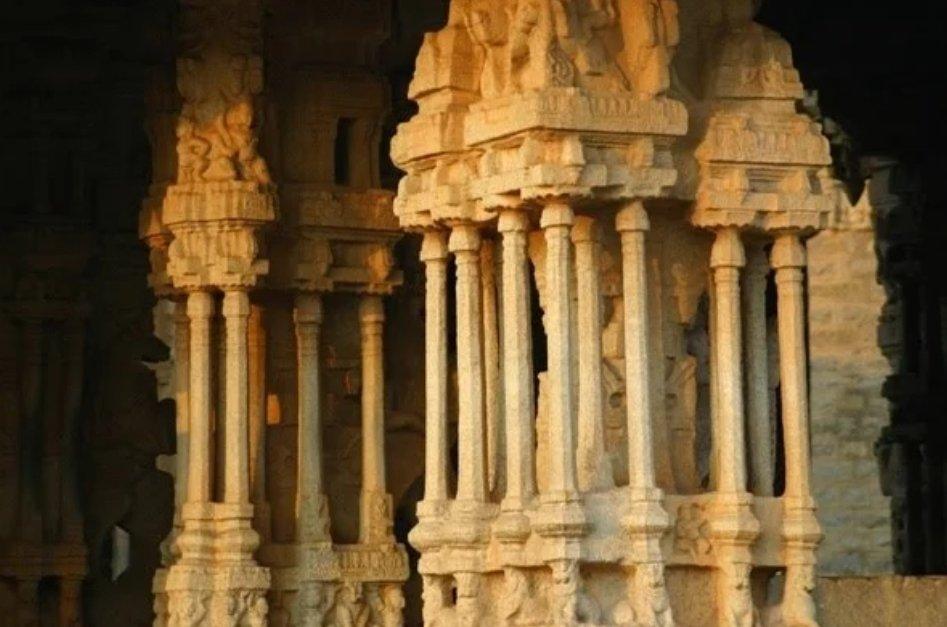विट्ठल मंदिर हम्पी, कर्नाटक! यह मंदिर हम्पी परिसर के सभी मंदिरों में सबसे लोकप्रिय है। यहां म्युज़िकल पिलर्स हैं जिनमें से अद्भुत ध्वनि निकलती है।अंग्रेजो ने ध्वनि का रहस्य जानने के लिए दो खंभे कटवाए लेकिन फिर भी सनातन धर्म की अद्भुत कला को ना जान पाए! संध्या वंदन दोस्तों 🙏🙏