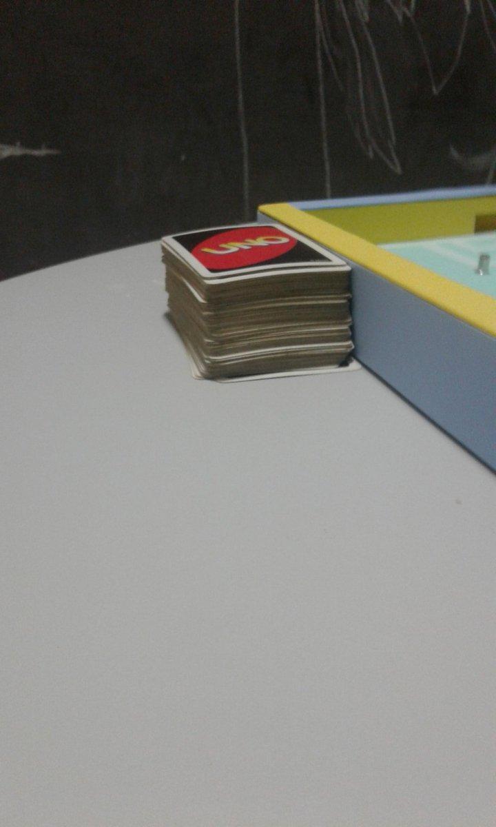 tem um baralho de uno aqui na salinha que eu tô e eu só me lembrei da eda, no episódio em que ela fica viciada em jogar cartas