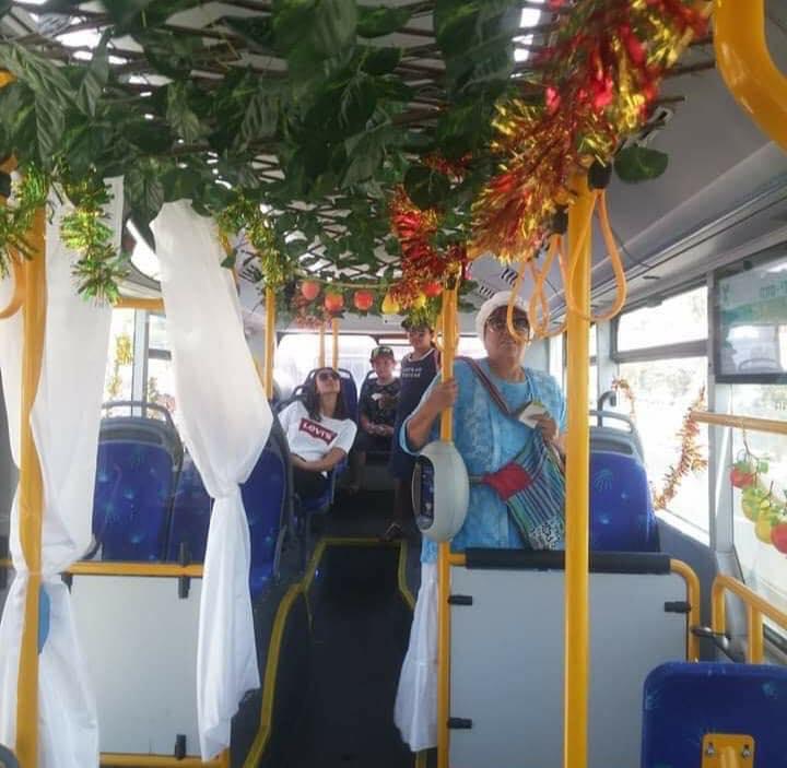 الصورة من عيد مظلة (سوكوت) سابق لحافلة ركاب في أورشليم قام سائقها العربي بتزيينها للركاب اليهود بمناسبة…