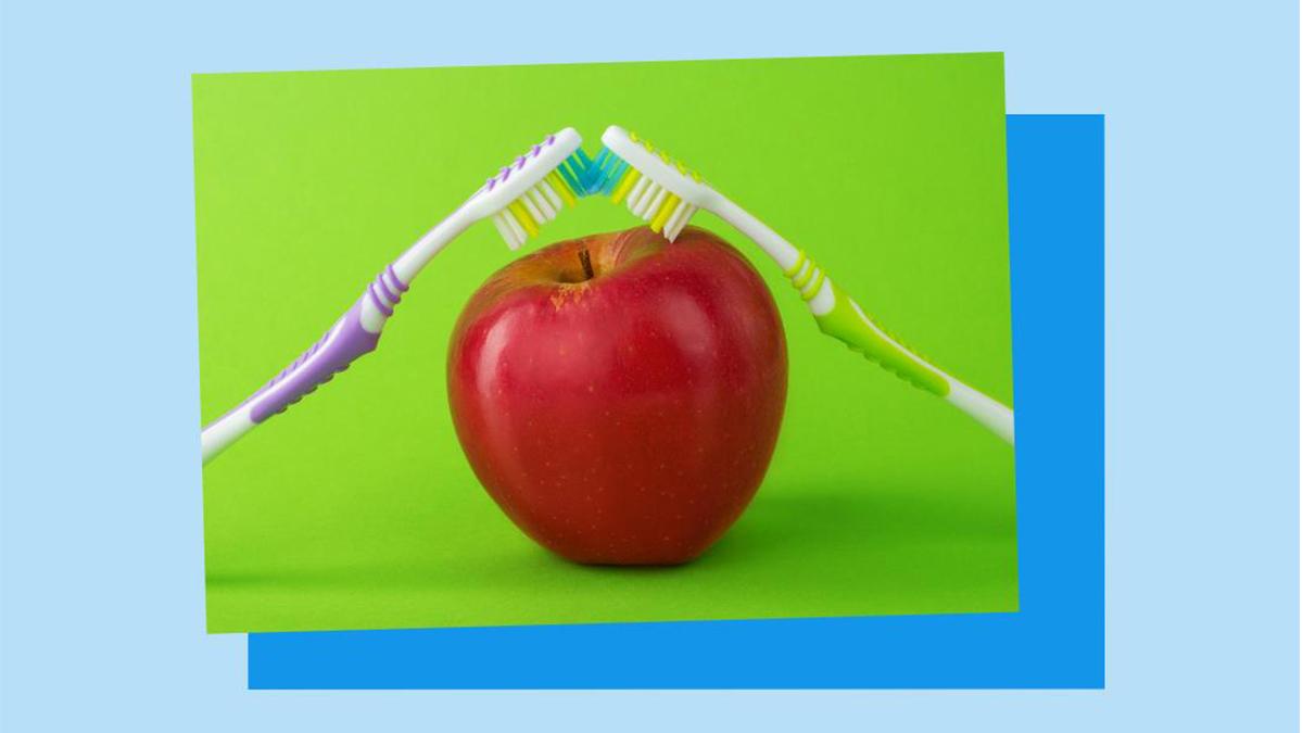 Heute ist #TagderZahgesundheit! 🦷 Unsere #Zahngesundheit kann Auswirkungen auf den gesamten Körper haben. In unserem Ratgeber verraten wir, was hinter dem Ansatz der ganzheitlichen #Zahnmedizin  steckt 👉 https://t.co/BanPVz6NcB https://t.co/wSD0LENsk8