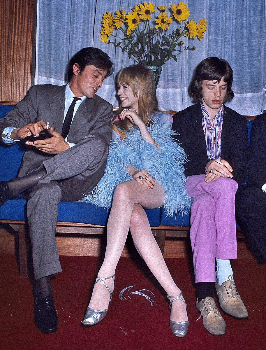 アラン・ドロンと楽しそうに話す美女。その隣でショボンとしてるのはあのミック・ジャガーです。この写真は1967年フランスで撮られたもの。ドロンの隣にいるのはミックの彼女マリアンヌ・フェイスフルですが、彼女は完全にドロンとのお喋りに夢中の様子。そりゃミックもこういう顔になりますよね。
