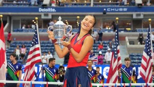 British teen qualifier Emma is queen of Flushing Meadows... Follows Serena in winning US Open without losing a set. bit.ly/3hpr0Yt @EmmaRaducanu @leylahfernandez @usopen #GrandSlam @WTA @WTA_insider @atptour @ATPMediaInfo #tennis @serenawilliams #VirginaWade #British #UK