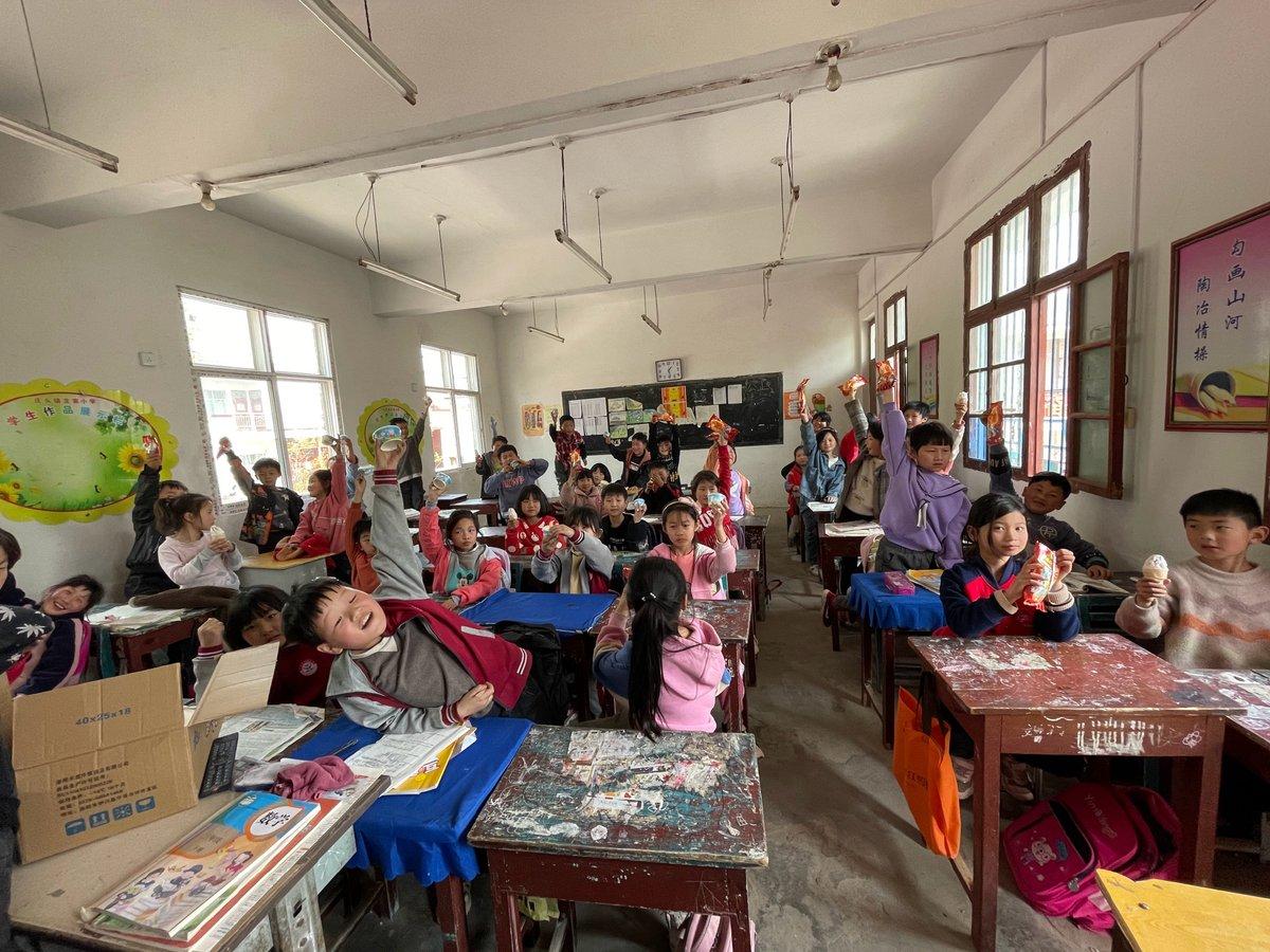 [210912] Henan'da bir ilkokulda öğretmenlik yapan birisi Weibo üzerinden, yeni sıralar bağışladığı için Yixing'e teşekkür etmiş. 😍🥰   @lay_studio #producerLayZhang #LayZhang #张艺兴 #Lay #Yixing #ZhangYixing #張藝興 #레이 #レイ #장이씽 #อี้ชิง @layzhang