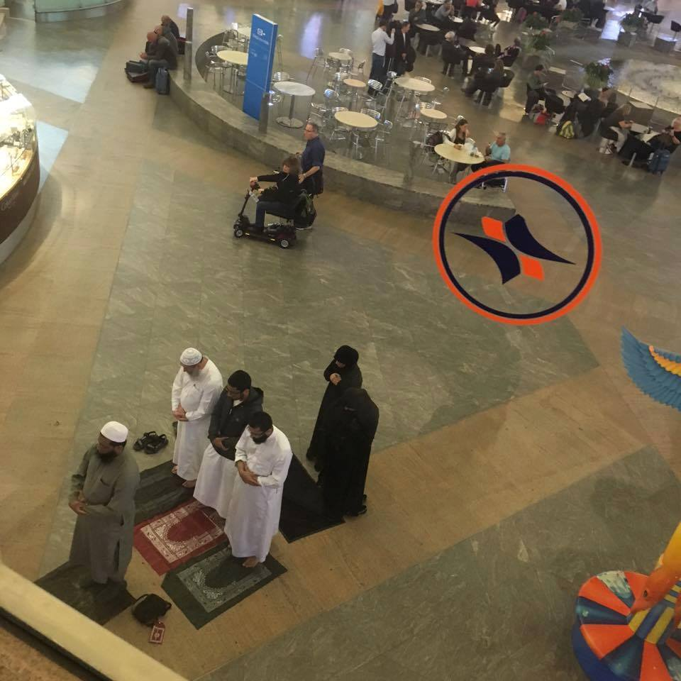 عن حرية العبادة في إسرائيل..  الصورة من مطار بن غوريون في إسرائيل لمجموعة من المسلمين وهم يصلون في صالة…