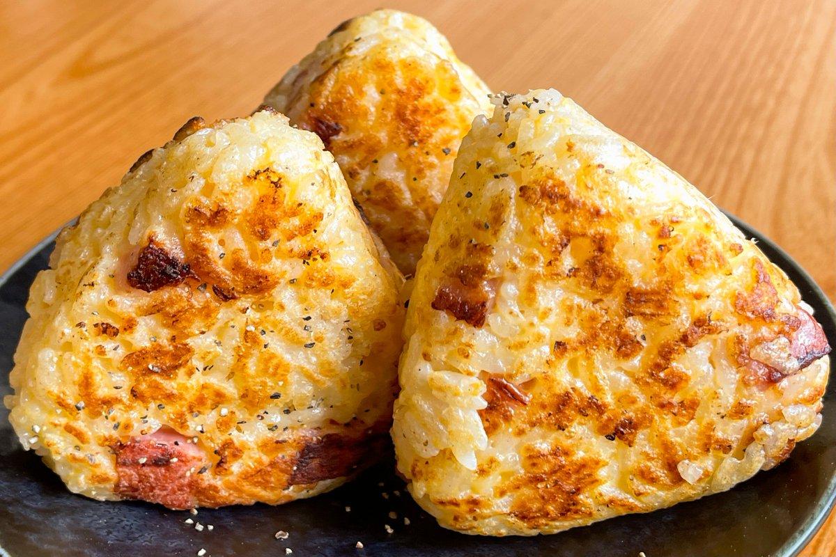 ぱくぱく食べられそうなくらいとっても美味しそう!カルボナーラ風焼きおにぎりレシピ!
