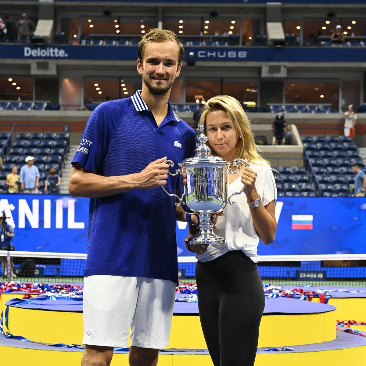 En güzel evlilik yıl dönümü hediyesi 🥰  Daniil Medvedev ve eşi Daria, 3. evlilik yıl dönümlerini #USOpen şampiyonluğu ile kutladı! 🏆
