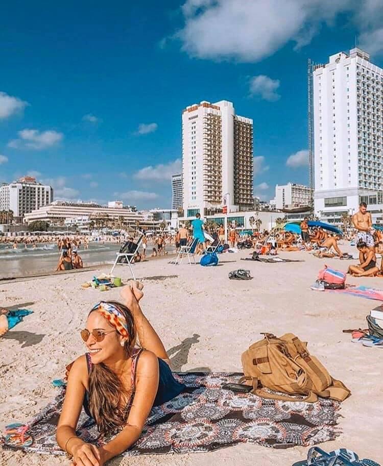 صباح الخير من شاطئ البحر في مدينة تل أبيب. اعمار متباينة وعشق واحد للطبيعة