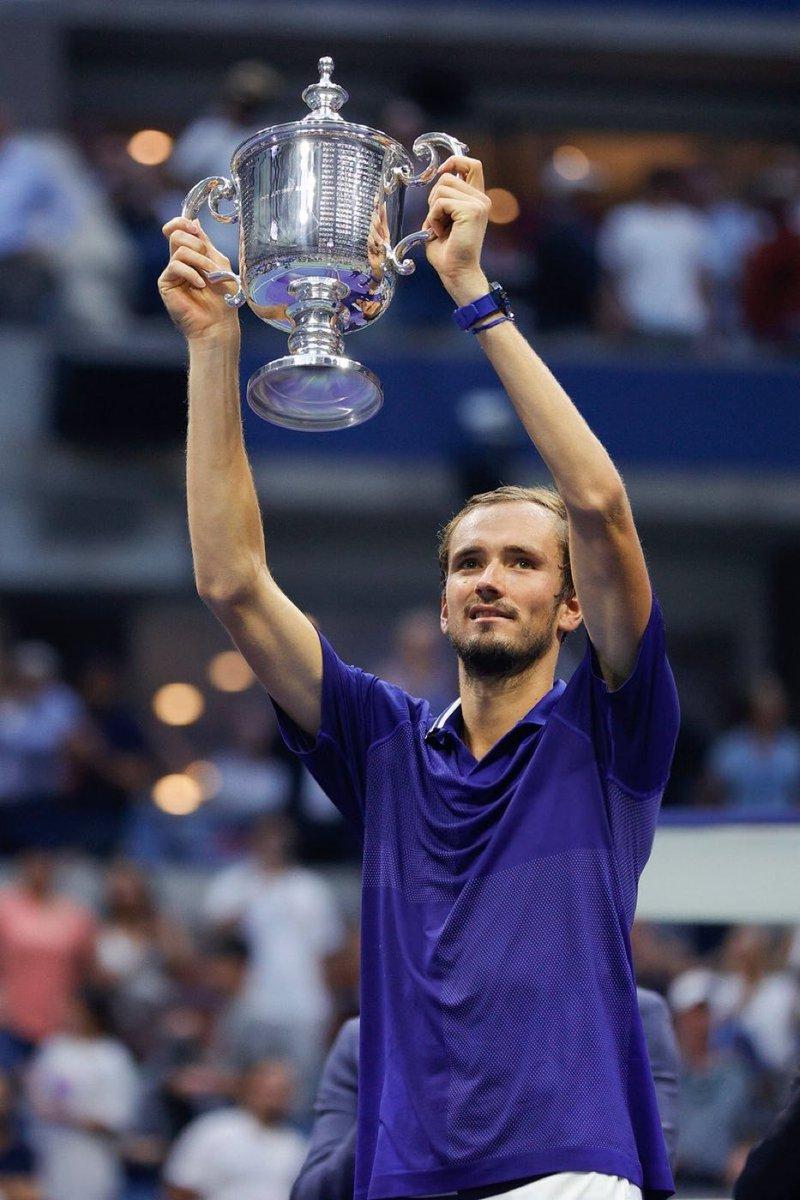 #USOpen Tek erkekler finalinde Novak Djokovic'i 3-0 mağlup eden Daniil Medvedev kariyerindeki ilk Grand Slam zaferine uzandı.
