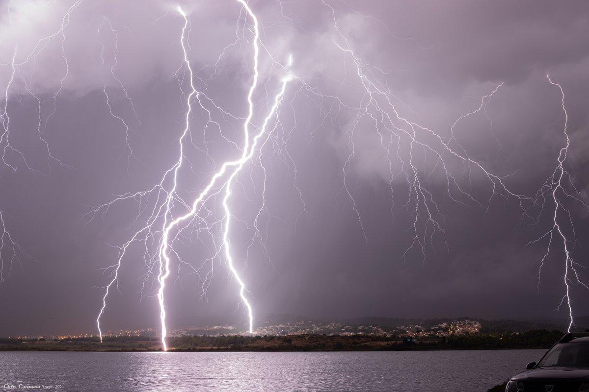 Spectaculaire cliché de la forte activité #foudre produite jeudi dernier avant l'aube par un #orage très actif au sud de #Narbonne #Aude. Photo Christian Carmona. #éclairs #Lightningstrikes