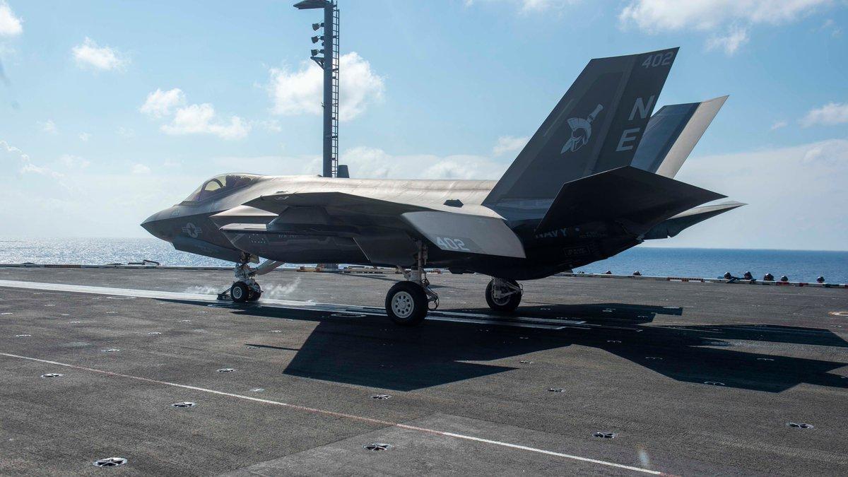 Китай заявил традиционный протест относительно действий США. Его разведывательные корабли собирали информацию об американской авианосной группе на дистанции в 50 миль.