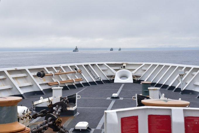 А это уже вид с американского патрульного корабля, который следит за китайскими кораблями действующими в районе Алеутских островов. Данный демонстративный визит являлся частью ответа НОАК на заход американских кораблей в Южно-китайское море.