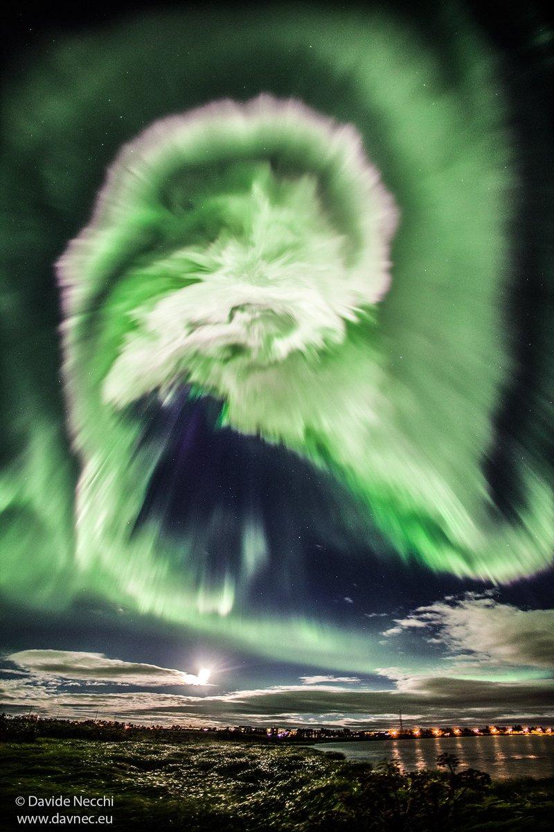 İzlanda üzerinde Kuzey Işıkları..