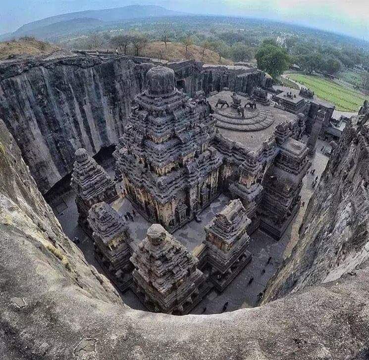 Tek bir kayadan oyularak yapılan 'Kailasa Tapınağı'. 📍Hindistan
