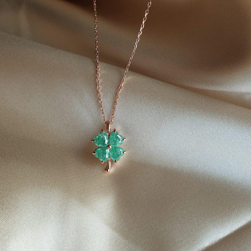 Yeşil Dört Yapraklı Yonca Rose💚🍀 Dört yapraklı yonca bulmanın şans olduğuna inanılır , benim şansım sensin Bu kolye de senin şansın olsun 😇