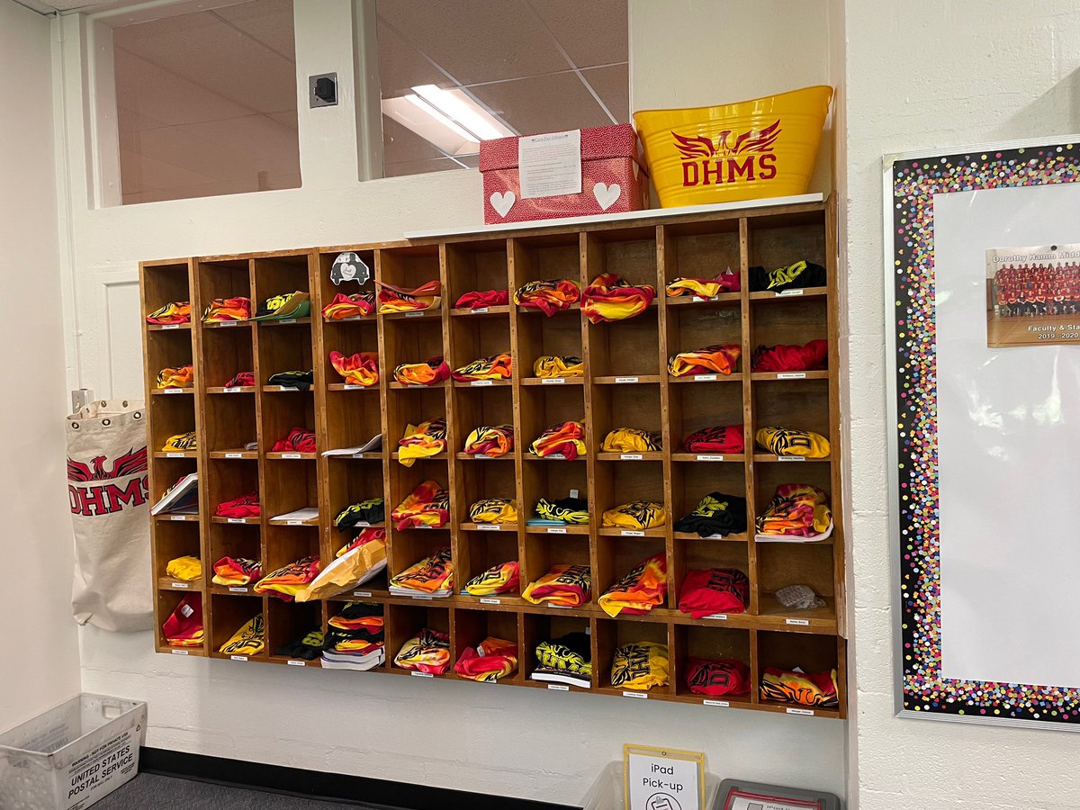 ¡Entrega de ropa de espíritu para nuestros increíbles maestros y personal de DHMS! @DHMiddleAPS @EllenSmithAPS #PhoenixProud #dhmsbelongandbecome https://t.co/tt7r4tTf66