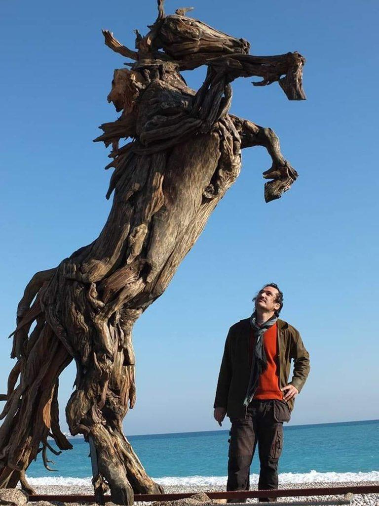 Antalyalı sanatçı Adnan Ceylan tarafından yapılan Manavgat yangınınında yanan ağaç ve dallar kullanılarak 4,5 metre uzunluğunda, 250 kilo ağırlığında, şaha kalkmış at figürü..