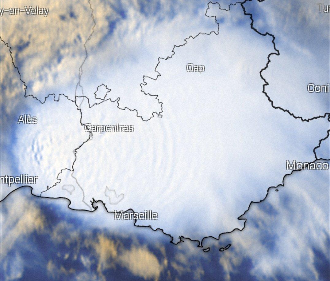 Virulente convection sur l'est du Languedoc avec des ondes de gravité bien visibles et de nombreux sommets pénétrants. #orages  Image windy