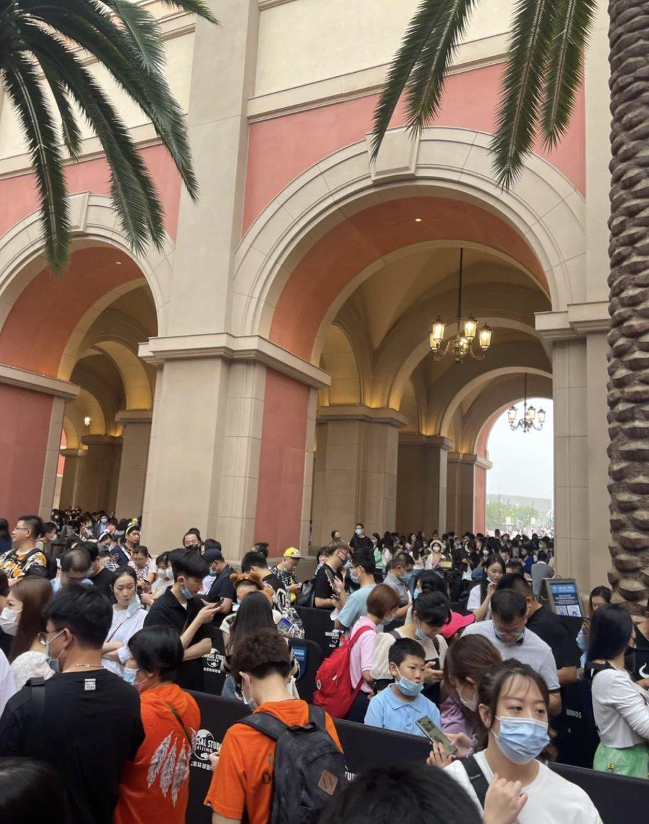 9月13日  通州事件跡地を更地にして作った「ユニバーサルスタジオ北京」の様子です。 人が歩けないくらい混雑しています。  中国共産党は通州事件を歴史上無かった事にしてしまいました。