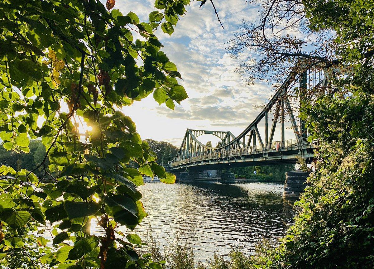 Spätsommer in Brandenburg: Vorhang auf für die Glienicker Brücke 💚 #nachbrandenburg @deinpotsdam https://t.co/dd8lxyTJHi