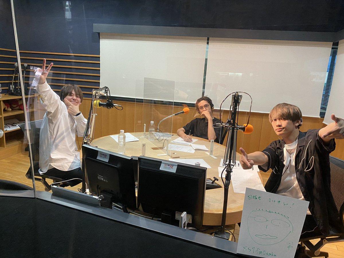 #関バリ⚡️ #FM大阪 から #なにわ男子 の #藤原丈一郎、#大橋和也、#高橋恭平 が生放送でお届けしています!!📻 皆さんからのメールもたくさん紹介していきますので最後までお楽しみに〜✨ 今日も何やらPからのメッセージが…!👓