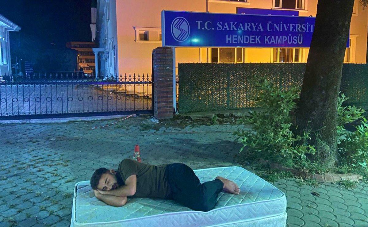 Sakarya Üniversitesi öğrencisi, yatağı fakülte önüne atarak aşırı artan kira fiyatlarına tepki gösterdi.