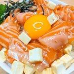 クリームチーズが良く合いそう!サーモンをより美味しく食べられそうな丼ものレシピ!