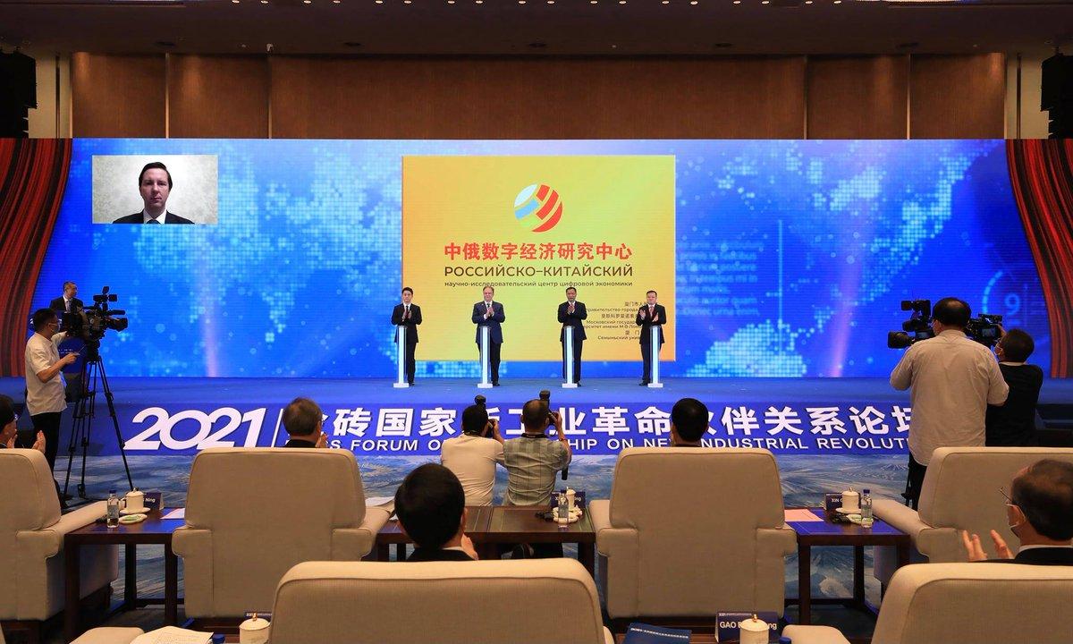 На форуме БРИКС торжественно открыт Российско-китайский научно-исследовательский центр цифровой экономики! ⠀ В частности, новая организация совместно с Центром НТИ по большим данным МГУ займется исследованиями и разработками в сфере ИИ и больших данных.  https://t.co/39QHXqvQkb
