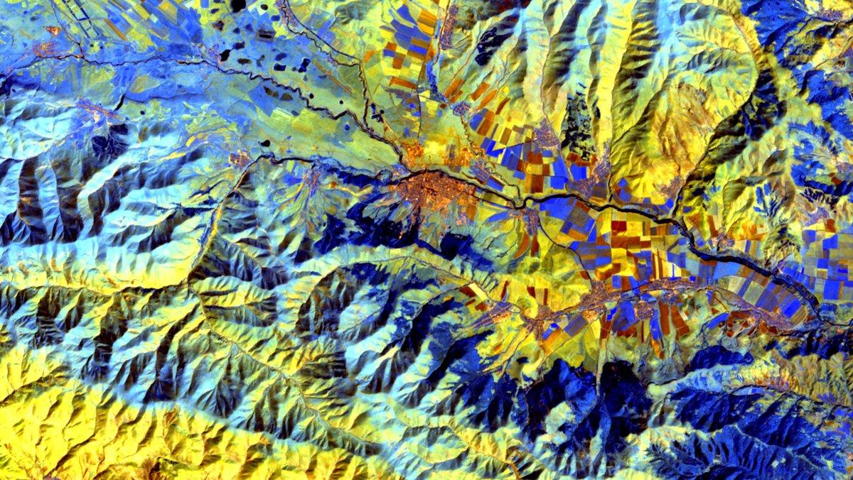 #Landsat 4 (August 1989). SWIR2-SWIR1-NIR, 36 km wide. #Broadleaf #Forest & #Cropland in #Lori, #Armenia at 978-2806 m elevation. #geography #imagery @NASA @USGSLandsat @Google  https://t.co/6m6mJZQY4O