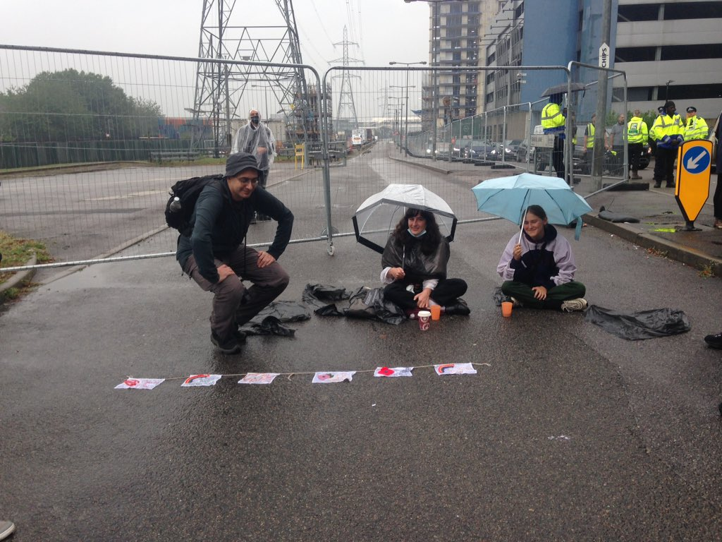 Both sides of the road on the west gate are blocked #ShutDownDSEI