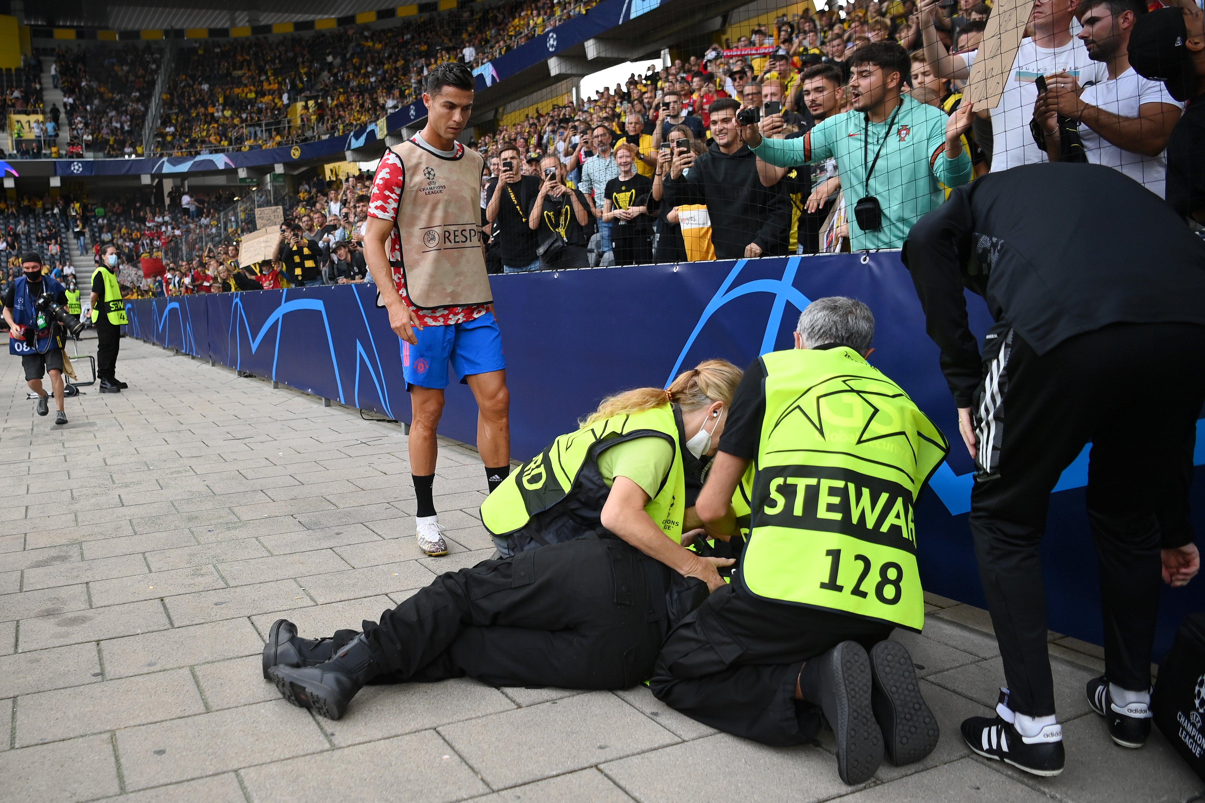 رونالدو بطل حادث غريب وقع أثناء إحماء لاعبي مانشستر يونايتد