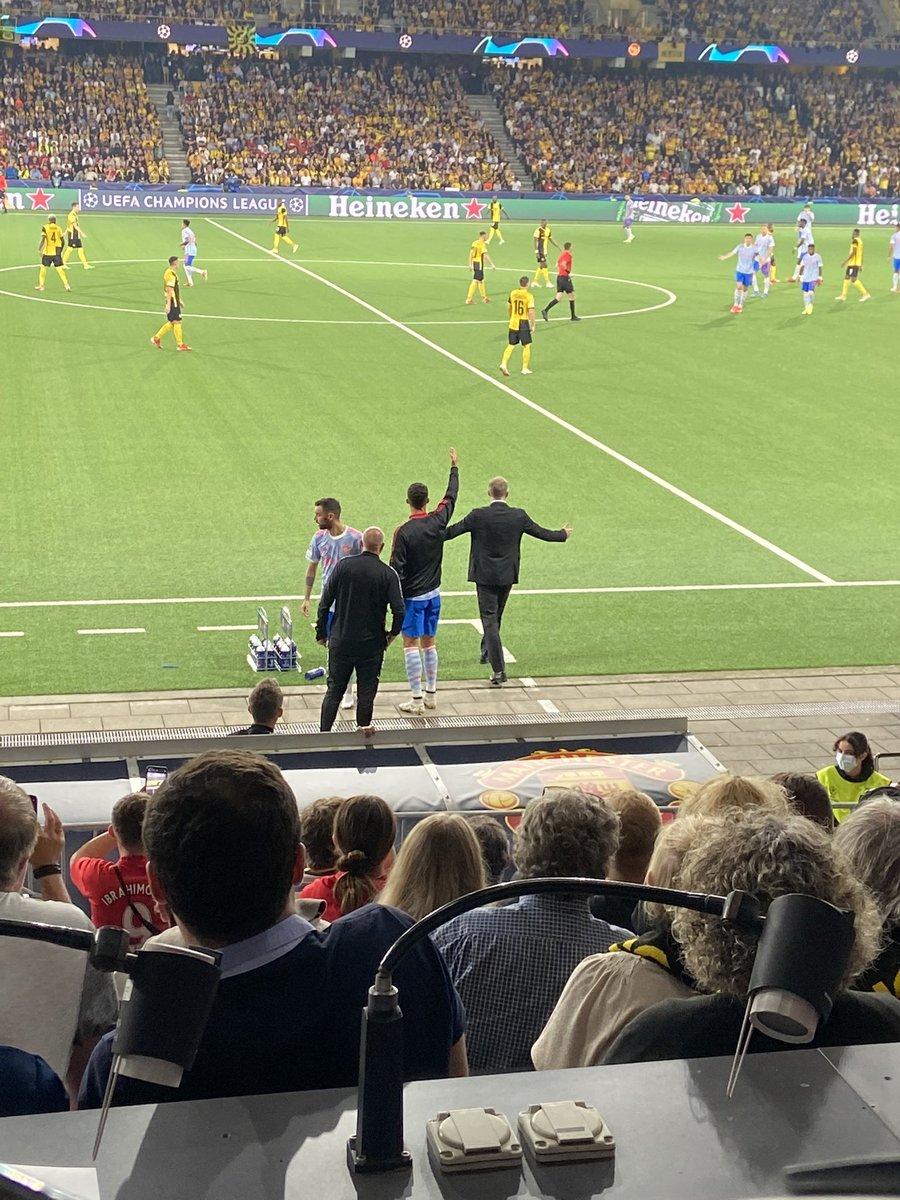 "MUFC Scoop على تويتر: ""Bruno Fernandes and Cristiano Ronaldo on the  touchline with Solskjaer [@samuelluckhurst] #MUFC… """