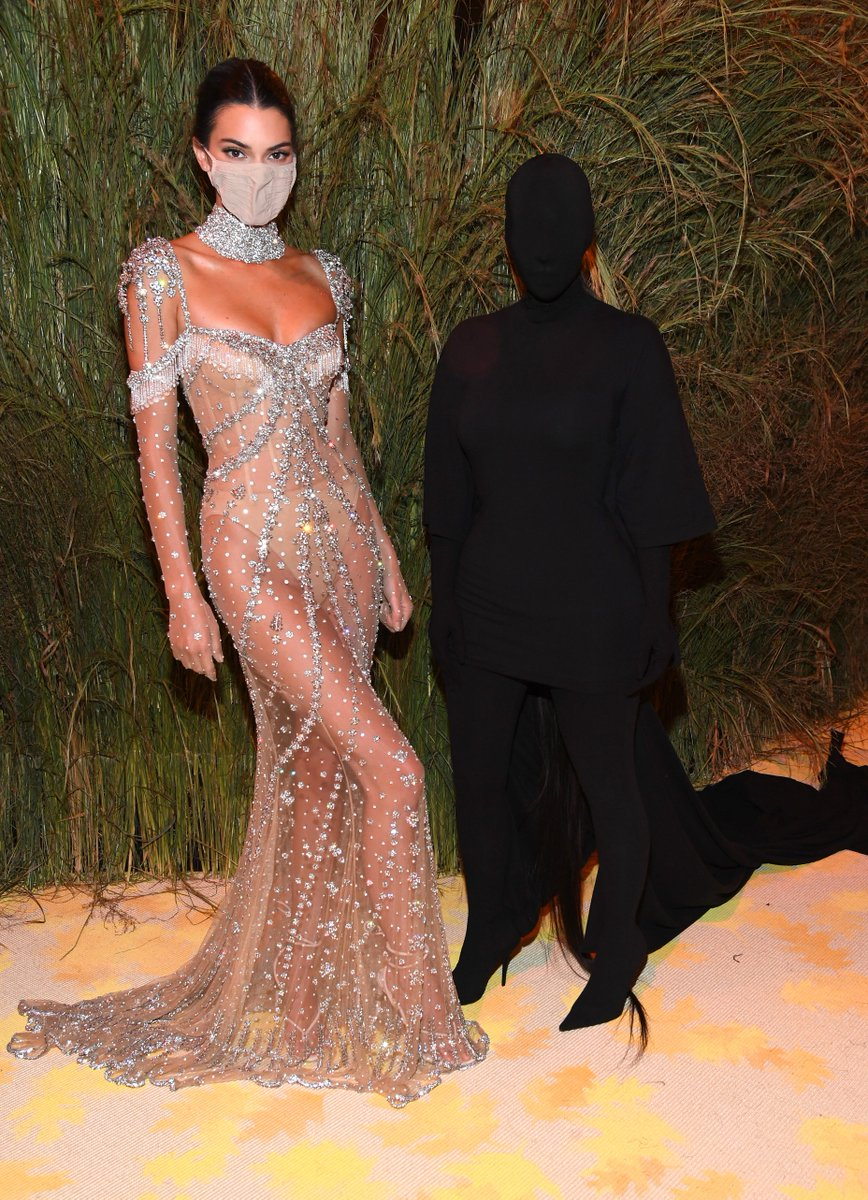 This year, guests were torn between baring all and going incognito. Kim Kardashian, is that you? trib.al/HsPpYHH