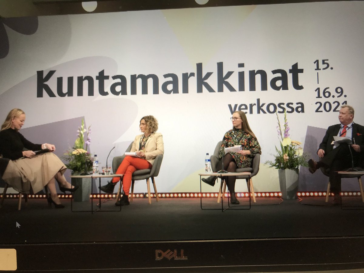 Kuntamarkkinoiden Tulevaisuuden kunta -tutkijakarusellissa korostimme @FurmanEeva ja @KaivoOja kanssa kestävyys- ja demokratianäkökulmia sekä kuntien ja kuntalaisten omaa roolia tulevaisuuden kunnan kuvittelemisessa ja luomisessa. @OrsiStn @SystemsWelfare @TampereUniSOC @TaSSuTAU https://t.co/Nk9cBCGb0e