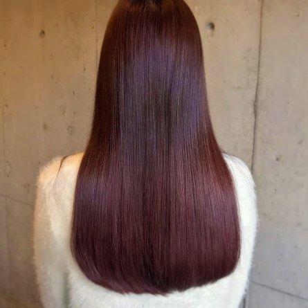 """深みのある大人っぽヘア🌹ボルドーカラー""""ボルドー""""とは、フランスのボルドー地方で作られている赤ワインにちなんだ色🍷髪に取り入れると、深く濃い赤色になるのが特徴的♡深みのある落ち着いた色は大人っぽな印象に。艶感バツグンの魅力たっぷりヘアに仕上がるよ♦"""