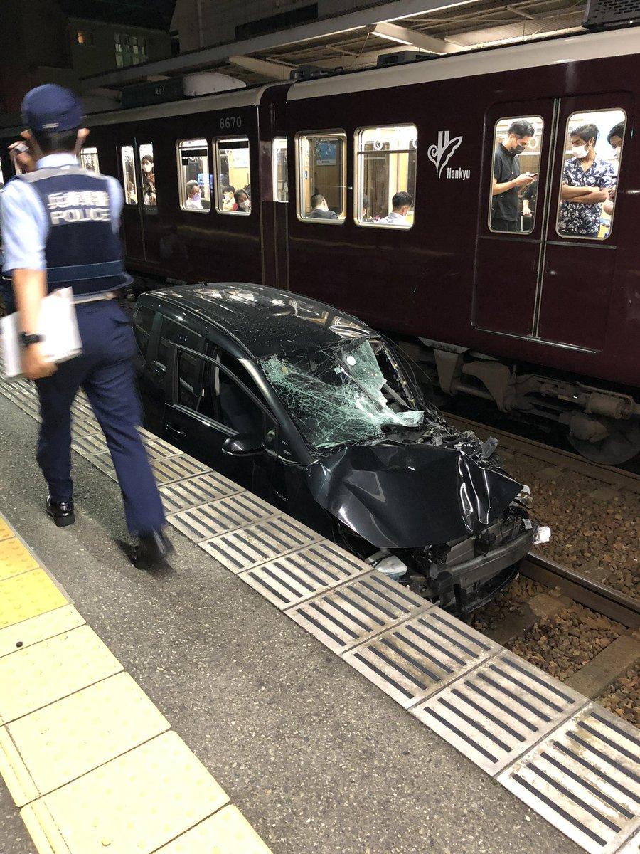阪急岡本駅に車が突っ込んでます。阪急神戸線は不通です。