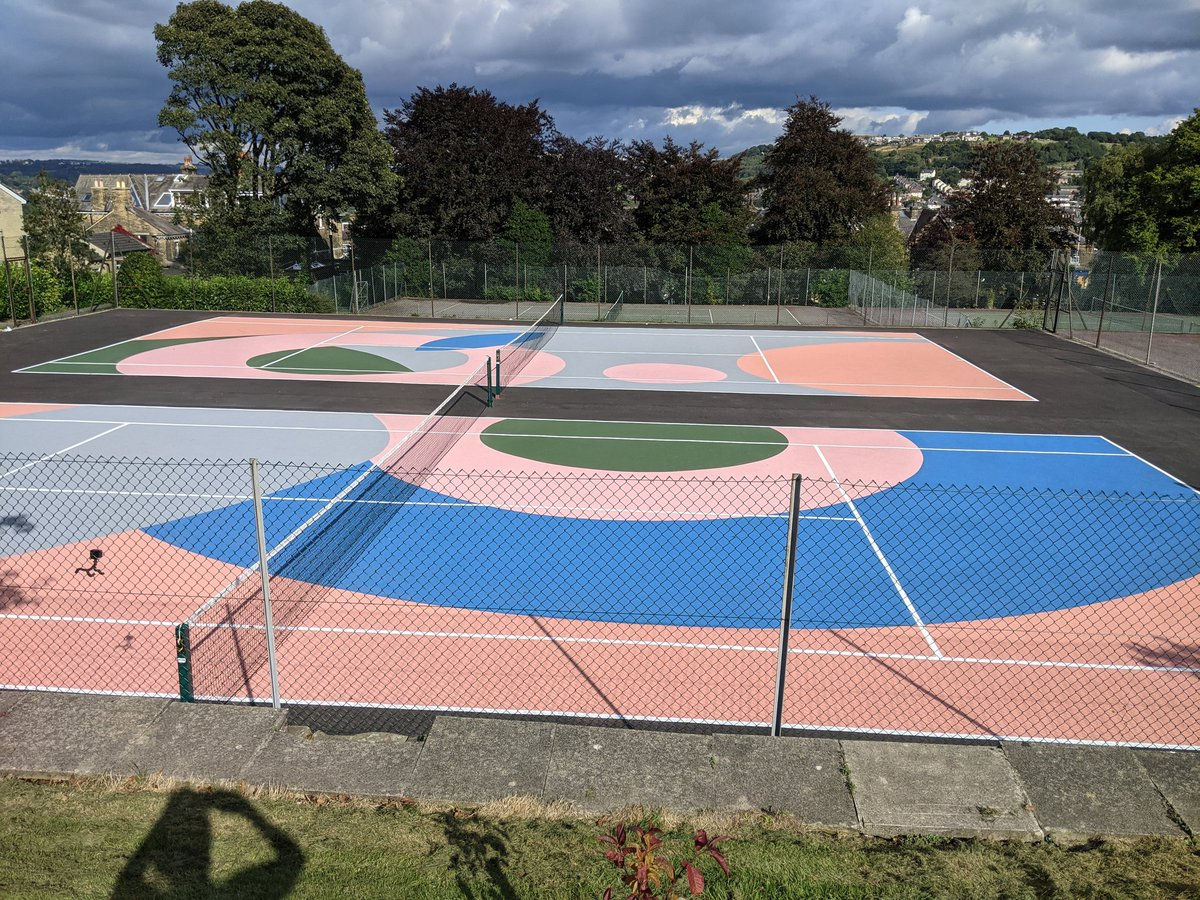Art on the tennis court. Amazing work at Northcliffe Park @bradfordmdc by Lois O'Hara instagram.com/loisohara?utm_…  @bradford2025 #bradford #shipley #Yorkshire #saltaire #tennis #bbctennis #