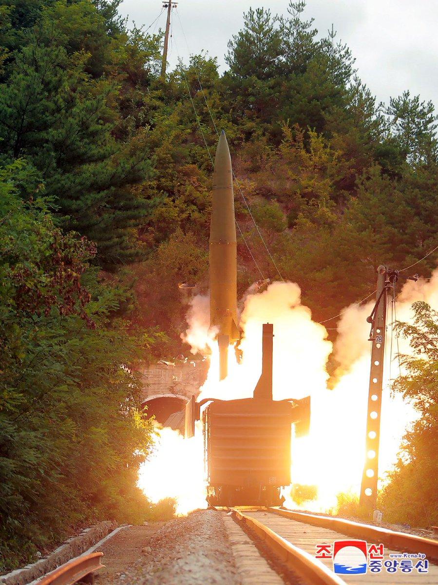 КНДР провела испытания железнодорожного ракетного комплекса. В ходе тестового испытания, две запущенные баллистические ракеты пролетели 800 километров и упали за пределами территориальных вод Японии. Сами железнодорожные ракетные комплексы Северная Корея позиционирует как боеготовые.