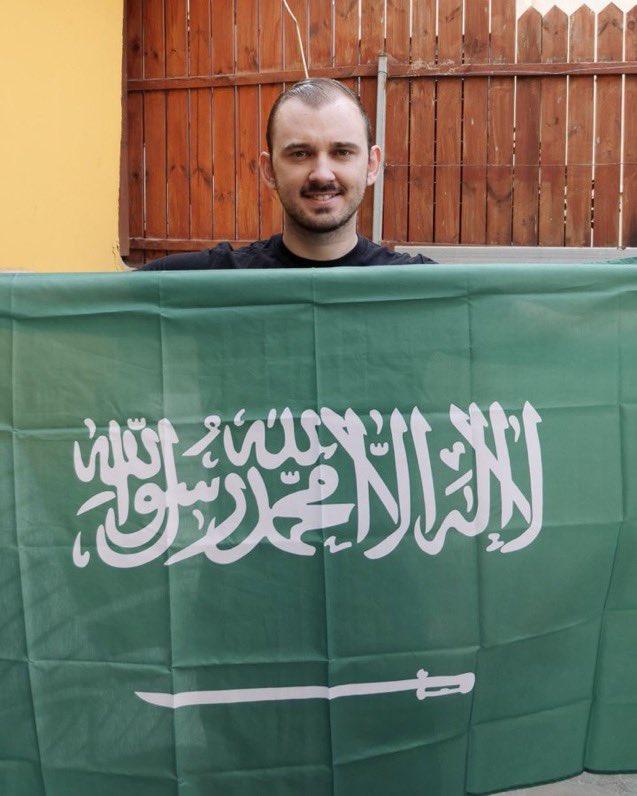 مواطن اسرائيلي يرفع العلم السعودي بمناسبة حلول اليوم الوطني السعودي ال٩١ مهنئا