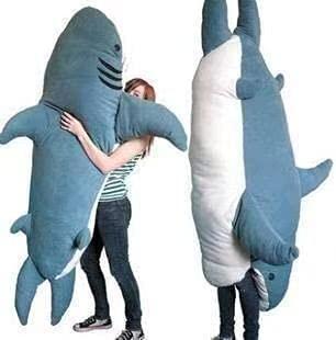 サメが寝袋になった!?まるで食べられているかのような姿になれると話題に!
