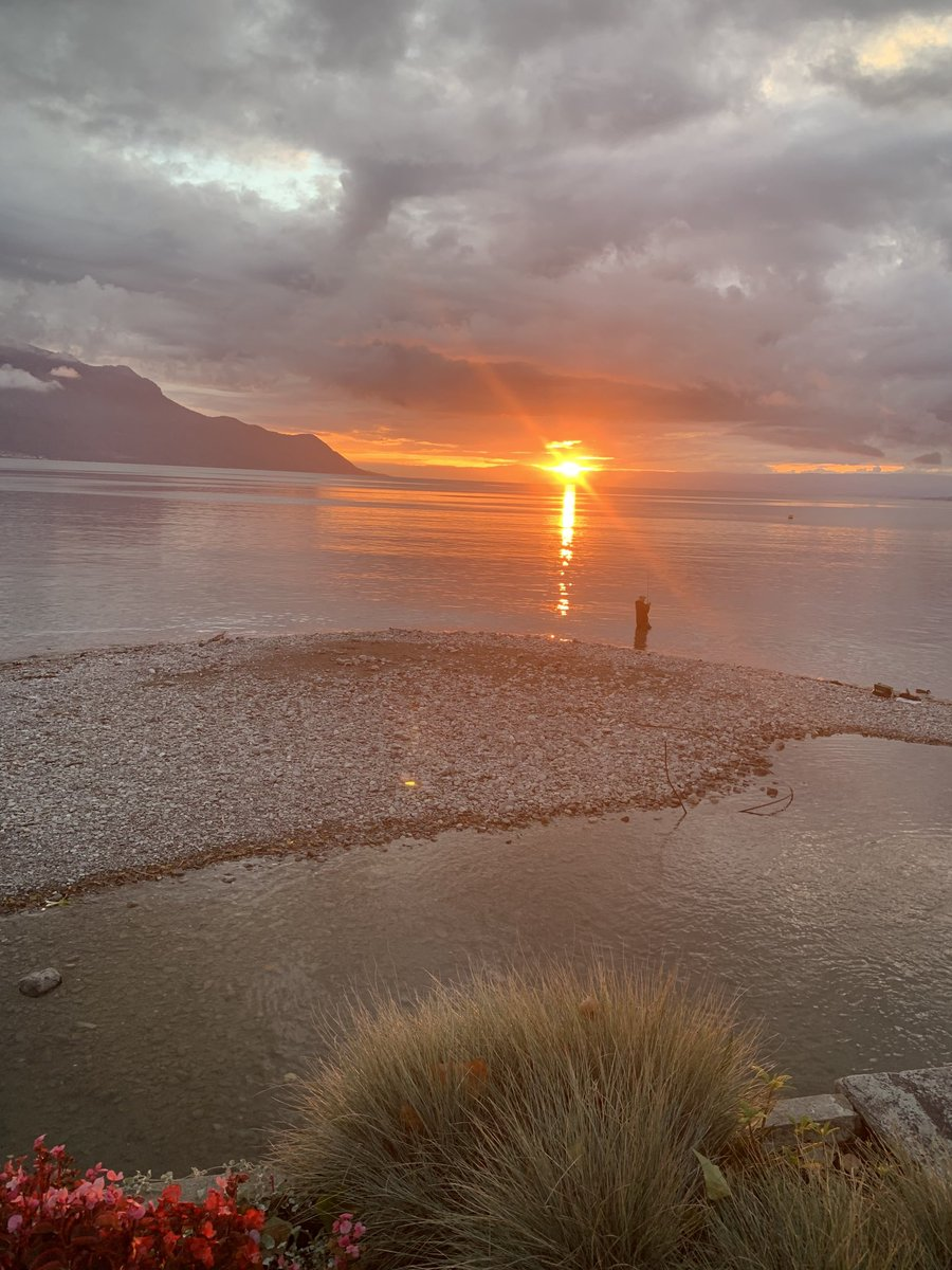 Sun going down in beautiful #Montreux. My work is done for today. Bon soirée !