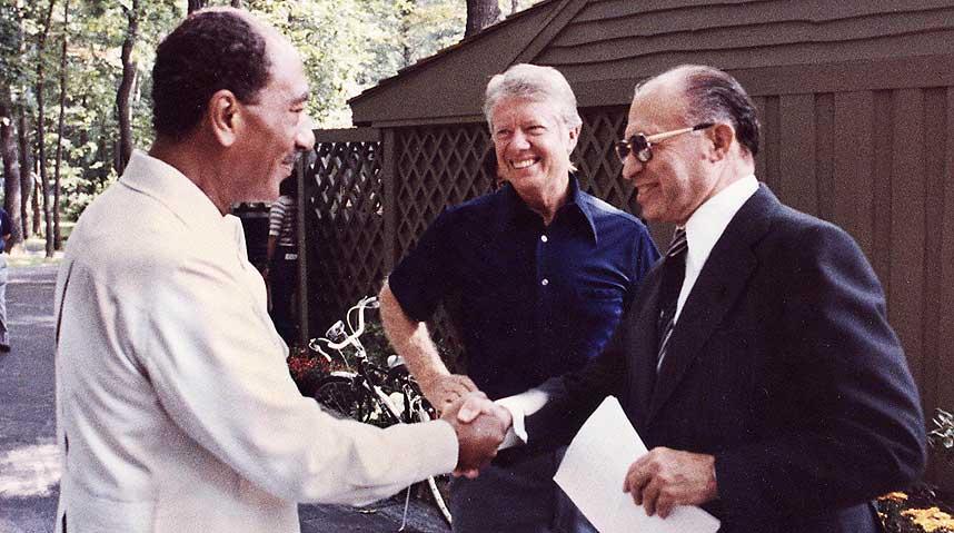 في مثل هذا اليوم من عام 1978 وقعتا مصر وإسرائيل على اتفاقات كامب ديفيد التاريخية التي مهدت الطريق إلى…