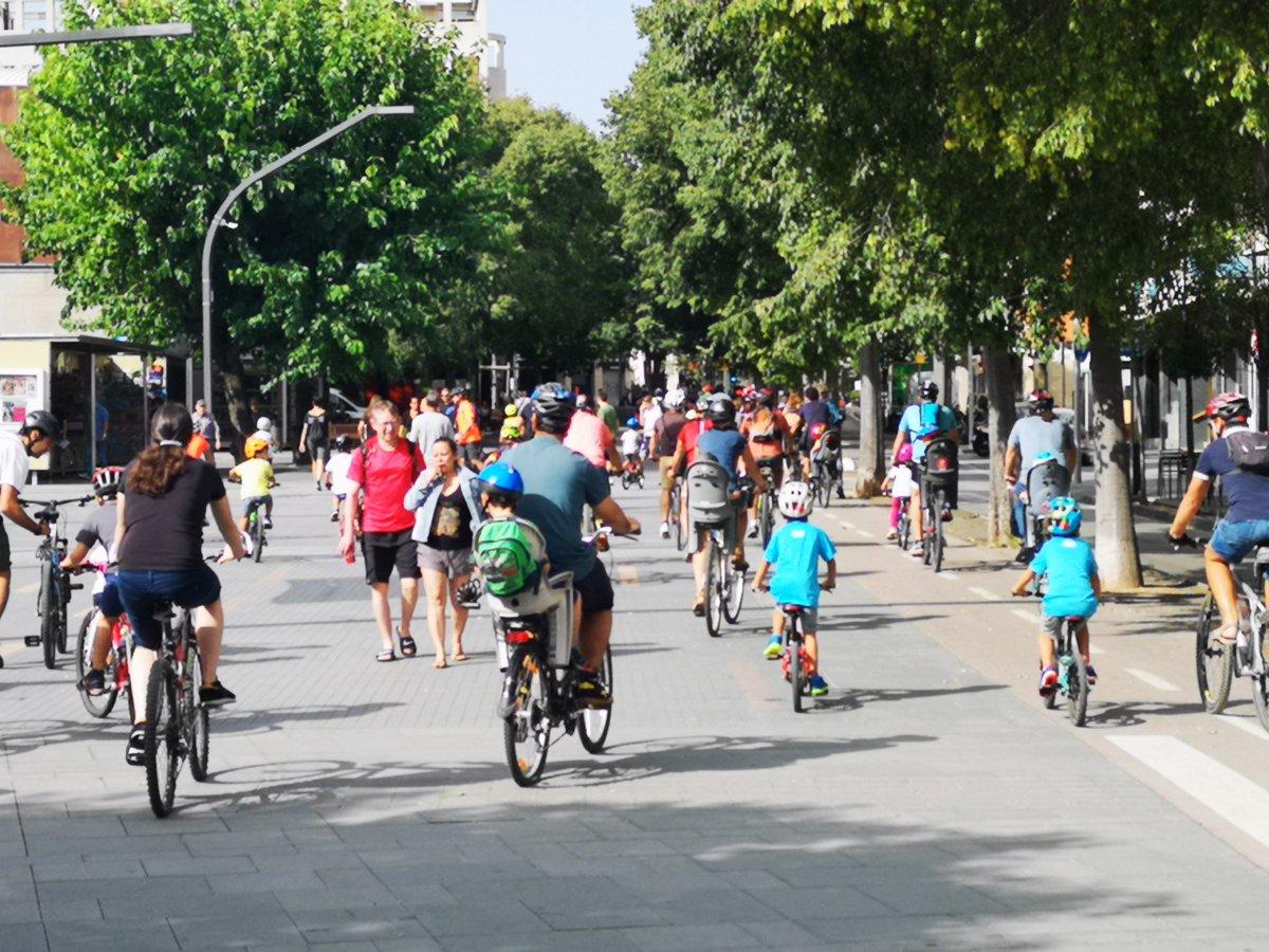 📢Vols pedalar amb nosaltres? 🚴🏽♀️🚴🏽♂️🚵🏽♀️🚵🏽♂️🚴🏽♀️  Aquest DIUMENGE t'esperem a la Plaça de la Vila per participar a la Bicicletada Popular de la #SetmanaEuropeaMobilitat #SMSS21  També hi haurà circuit de karts per als més petits!  Més info👉🏽https://t.co/a1SJqCVtzh   @JoseGallardoSTQ