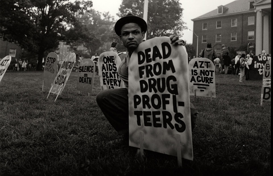 Previously unseen images from the early 1990s of #AIDS activists campaigning for life-saving medicines show that the AIDS activists of yesterday mirror today's activists in their demand for equal access to #COVID19 #PeoplesVaccine. Photos: E. Carecchio bit.ly/aids-activism