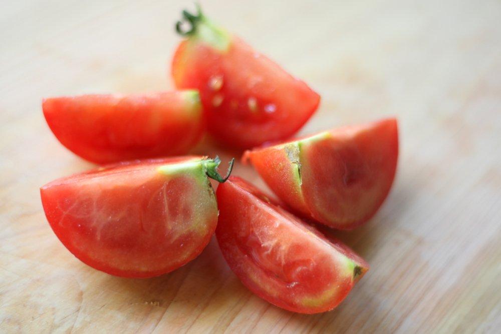 トマトを切る時は、白い線を避けて切ると断面が綺麗に切れる‼